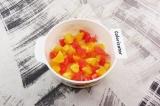 Шаг 2. Грейпфрут и оставшиеся апельсины очистить от кожи и пленок, мякоть нареза