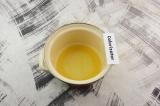 Шаг 4. Апельсиновый сок смешать с медом, поставить на водяную баню, готовить до