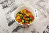 Шаг 6. Полученным соусом залить цитрусовые, дать настояться 10 минут.