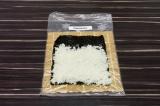 Шаг 4. Выложить лист нори на коврик – циновку. Выложить рис ровным, не очень тол