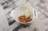 Шаг 1. Из тунца слить сок, рыбу смешать с сыром.