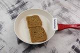 Шаг 4. Хлеб подсушить на раскаленной сухой сковородке с двух сторон.