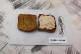 Шаг 5. Подсушенный хлеб смазать сырно-рыбной смесью.
