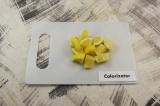 Шаг 3. Лимон вместе с цедрой нарезать крупными кубиками.