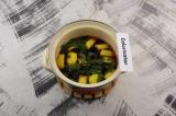 Шаг 4. Выложить в кастрюлю мяту и лимон. Залить настоявшимся чаем, довести до ки