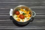 Шаг 9. Добавить к овощам помидоры и тушить еще 15 минут, затем шкурки от помидор