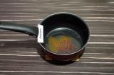 Шаг 5. В сковороде нагреть 1 столовую ложку масла со специями.