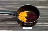 Шаг 6. Морковь и свеклу пассеровать на масле со специями в течение 5 минут