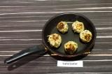 Шаг 7. Подрумянить тефтели на сухой сковороде со всех сторон.