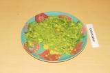 Шаг 2. Авокадо почистить и размять вилкой.