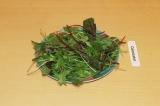 Шаг 5. Выложить листья на тарелку.