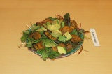 Шаг 7. Поверх выложить нарезанный авокадо. Присыпать кунжутом, терияки и аминоки