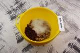 Шаг 4. В полученную смесь добавить взбитые в пену белки и клюкву, замесить густо