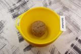 Шаг 5. Полученное тесто скатать в шар и убрать в морозильную камеру на 10-15 мин