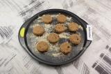 Шаг 6. Тесто разделить на 9 частей, сформировать печенья. Выложить их на присыпа