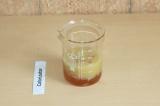 Шаг 3. Соединить жидкие ингредиенты.