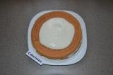 Шаг 9. Прикрыть торт вторым коржом и смазать кремом. Торт посыпать какао