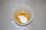 Шаг 1. Охлажденные яйца соединить с 5 ложками сахара.