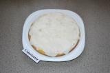Шаг 7. Покрыть бисквит сметанным кремом.