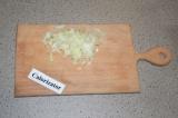 Шаг 1. Лук очистить и нарезать кубиками.