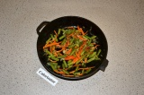 Шаг 4. Приготовить начинку для рулета: обжарить на масле спаржевую фасоль, лук