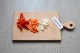 Шаг 2. Овощи нарезать: кубиками – лук, соломкой – перец, полукольцами – морковь.