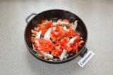 Шаг 4. Мясо, нарезанное длинными кусочками, обжарить на сковороде, добавить овощ
