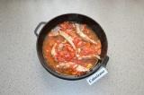 Шаг 5. Добавить томатную пасту, немного воды и тушить до готовности.