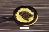 Шаг 5. Добавить грибы к капусте и тушить под закрытой крышкой еще 15 минут