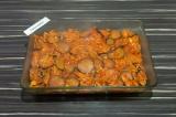 Шаг 6. На картофель выложить баклажанную начинку, разровнять ложкой по всей пове
