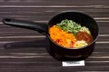 Шаг 5. Добавить в сотейник все овощи и томатную пасту. Тушить примерно 10 минут.