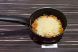 Шаг 6. Затем всыпать рис и влить воду. Накрыть крышкой, тушить на самом медленно