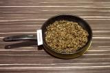 Шаг 1. Грибы разморозить и потушить на сковороде, немного подсолить.