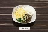 Шаг 4. Смешать сыр, сметану, зелень и грибы.