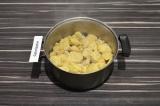 Шаг 3. Соевое мясо замочить в кипятке, накрыть крышкой и оставить на 20 минут.