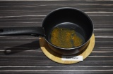 Шаг 4. В сотейнике нагреть масло и специи до аромата.