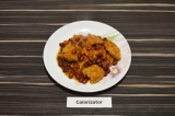 Готовое блюдо: подливка из соевого мяса и фасоли