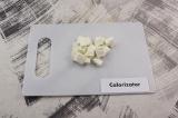 Шаг 4. Сыр нарезать небольшими кубиками.