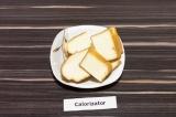 Шаг 2. Адыгейский сыр нарезать крупными пластинами.