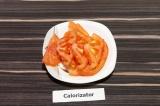 Шаг 3. Один помидор нарезать пластинками.