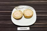 Шаг 6. Обе половинки одной булочки для бургера, намазать соусом.