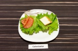 Шаг 8. Далее выложить на одну половинку сыр, а на вторую помидор и собрать бурге