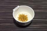 Шаг 2. В миксер влить кефир и на средней скорости добавлять смесь из сухих ингре