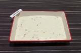 Шаг 3. В форму для запекания выложить тесто, аккуратно разровнять ложкой. Выпека