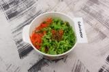 Шаг 4. Морковь и салат смешать, добавив горчицу и сок лимона.