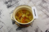 Шаг 5. Добавить мякоть апельсина и курагу, довести до кипения, варить 5 минут.
