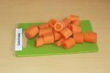 Шаг 3. Нарезать морковь крупно.