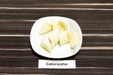 Шаг 1. Банан очистить от кожуры, нарезать крупными ломтиками и отправить в мороз