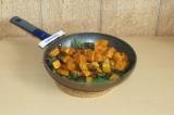 Шаг 5. Добавить на сковороду батат и микс-салат, поддержать еще минут 5 на медле