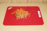 Шаг 1. Натереть на средней терке морковь и яблоко.